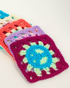 These peace sign granny squares give a fun retro-vibe to a crochet classic! Free pattern too ...
