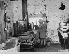 little girl in house in ozarks slum area | mo, us 1937 |  foto: carl mydans