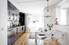 Lejos de desentonar frente a las líneas rectas de las decoraciones más modernas, las lámparas del tipo chandelier o también llamadas de araña, crean una elegante y señorial combinación.