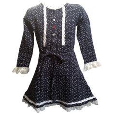 Mooi jurkje van O'Chill afgewerkt met kant. Licht elastisch en voelt zacht aan. Het jurkje is overwegend blauw met een patroon van witte sterretjes.