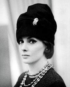 Gina Lollobrigida, so classy. Love her hat and jewelry.
