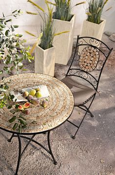 miaVILLA_Schickes, kleines Stuhl-Set zum klappen. Das Set ist aus schwarz lackiertem Metall und hat in der Rückenlehne ein ovales Mosaikelement aus creme und terra farbenen Steinen. Passend dazu: Schicker, kleiner Gartentisch aus schwarz lackiertem Metall mit Mosaik Tischplatte. Die Tischplatte besteht aus creme und terra farbenen Steinen