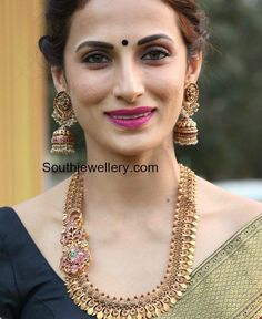 Jewelry OFF! Shilpa Reddy in an antique gold haram with ruby side pendant paired with matching antique jhumkas. New Gold Jewellery Designs, Gold Temple Jewellery, Real Gold Jewelry, Gold Jewelry Simple, Indian Jewellery Design, India Jewelry, Gold Designs, Latest Jewellery, Jewelry Design