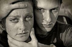 photo d'un homme qui tient la tête d'une femme