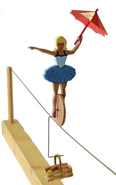 Figurine en hêtre, elle se déplace en équilibre sur la roue.