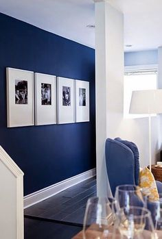 Black and white Photos, large frames and dark blue walls! xx Navy muir / grote listen / paspartout / grafisch / black & white / portretten decor blue walls 4 Affordable Ideas : How to Decorate a Rental House / Apartment Blue Accent Walls, Navy Blue Walls, Navy Blue Rooms, Navy Blue Living Room, Painting Accent Walls, Blue Living Room Paint, Dark Blue Bedrooms, Accent Walls In Living Room, Flur Design
