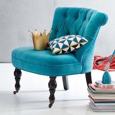 Sessel mit gedrechselten Vorderbeinen auf Rollen, grauem Samtbezug aus 100% Baumwolle und Birkenholzgestell. Ca. 70 x 68 x 63 cm.