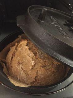Wer liebt nicht den Duft von frisch gebackenem Brot. Das noch leicht warme, knusprige Brot mit einen leckerem Schmalz oder gesalzener Butter bestreichen, mehr braucht es nicht. Die Zubereitung im Dutch Oven ist dabei denkbar einfach. Sie kann im Grill (indirekt), mit Kohlebriketts oder natürlich auch im normalen Backofen erfolgen. Ich habe hier einen tiefen 10