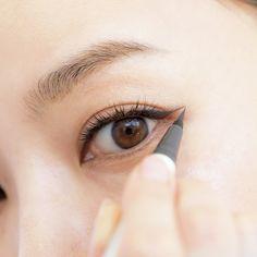 (5ページ目)もはや魔法!中野明海の「リフトアップ」メイク 五選   Web eclat   Jマダムのための50代ファッションサイト Beauty Make Up, Hair Beauty, Eyeliner Tape, Eye Makeup, Hair Makeup, Korean Make Up, Makeup Tools, Makeup Inspiration, Eyebrows