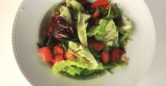Salada de morangos, espargos e quinoa | SAPO Lifestyle