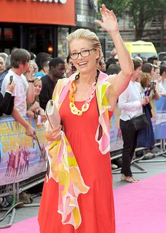 Emma Thompson added a dose of spexy style to her vibrant summery outfit with retro-like square specs!