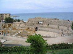 Tarragona, España. Anteriormente llamada Tarraco por los romanos, Tarragona fue el primer asentamiento militar fuera de la península Itálica, de este poderoso imperio. De esa antigua época podemos conocer el Conjunto Arqueológico de Tarraco, declarado Patrimonio de la Humanidad por la UNESCO, en el año 2.000.