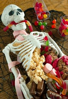 Halloween Dessert Table Skeleton Make this Halloween Dessert Table for your next party. Its quick and easy and it makes for a sweet centerpiece! The post Halloween Dessert Table Skeleton appeared first on Halloween Desserts. Bolo Halloween, Postres Halloween, Halloween Party Themes, Halloween Skeletons, Halloween Activities, Halloween Horror, Halloween Recipe, Creepy Halloween Food, Halloween Decorations For Kids