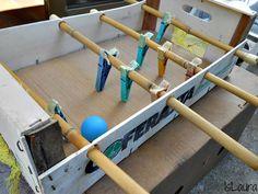 Réalisation d'un baby-foot avec des pinces à linges pour les enfants... et les papas !
