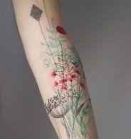 Une composition florale sur l'avant-bras - Cosmopolitan.fr