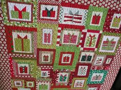 I'm loving this Christmas gift quilt .. the colors and the layout ... free tutorial!!!  Yeah!!!