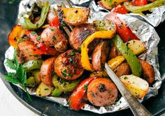 Foil Pack Italian Sa Foil Pack Italian Sausage and Seasoned Veggies! A great outdoor grill or camping recipe. PLUS instructions to cook this in the stove and without foil! Tin Foil Dinners, Foil Packet Dinners, Foil Pack Meals, Italian Sausage Recipes, Grilled Italian Sausage, Italian Sausages, Bbq Sausage Recipe, Italian Meals, Vegetarian