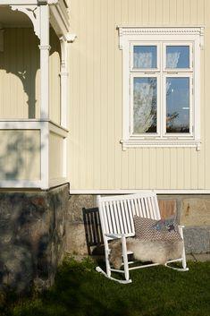 Når du setter farge på fasaden, får huset en sterk identitet, og vakre gule farger lar huset skinne. De gule fargene har lange tradisjoner i Norge, både sterke gule toner og lyse, dempede varianter. Porch Swing, Outdoor Furniture, Outdoor Decor, Home Decor, Lily, Patio, Decoration Home, Room Decor, Porch Swings