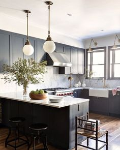 A Brooklyn kitchen designed to perfection by Styling: 📷 Stylish Kitchen, New Kitchen, Kitchen Dining, Kitchen Decor, Kitchen Ideas, Functional Kitchen, Kitchen Layout, Kitchen Island, Dining Table