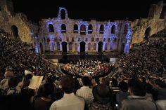 Los participantes en el XXII Congreso Mundial de Filosofía asisten a un concierto en el antiguo Teatro Herodes Atticus, situado debajo de la Acrópolis, en Atenas. (AFP)