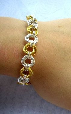 Chain Maille Bracelet Learn how to make your own rosette chain maille-this is the first chain I learned and looks very classy Wire Wrapped Jewelry, Wire Jewelry, Jewelry Crafts, Beaded Jewelry, Jewelery, Handmade Jewelry, Cheap Jewelry, Jewelry Shop, Jewelry Ideas