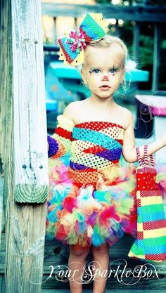Pretty Clown - 60 Fun and Easy DIY Halloween Costumes Your Kids Will Love Holidays Halloween, Halloween Kids, Halloween Crafts, Happy Halloween, Halloween Decorations, Halloween Party, Peacock Halloween, Costume Halloween, Halloween Costumes Kids Homemade