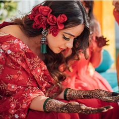 Loving this vintage vibes of Mehendi look ~ . Bridal Mehndi Dresses, Indian Bridal Outfits, Indian Bridal Hairstyles, Indian Bridal Makeup, Desi Wedding, Wedding Looks, Bridal Looks, Bridal Style, Wedding Bride