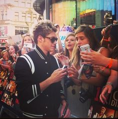 Niall signing:)