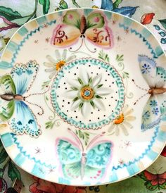 Facebook … Pottery Painting, Ceramic Painting, Flying Flowers, Butterfly Crafts, China Painting, Pottery Bowls, China Patterns, China Porcelain, Painted Porcelain