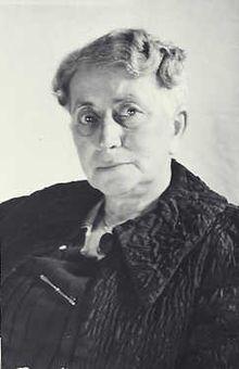 5) Dit is Henriëtte Pimentel (1876-1943) zij was de baas van de crèche die tegenover de Schouwburg stond. Zij heeft samen met Walter Süskind, Johan van Hulst en Felix Halverstad het leven gered van ongeveer 600 Joodse kinderen. Henriëtte bracht zo veel mogelijk kinderen naar het verzet. Ze had ook veel kinderen laten onderduiken in de crèche. Henriëtte was 26 april gearresteerd, in juli 1943 naar Auschwitz gedeporteerd en overleed daar op 17-9-1943.