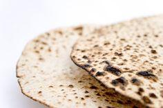 Comunidade Judaica celebra o Pessach, a festa da liberdade que em 2015 coincidirá com a Sexta-feira Santa. Também descrita como a Páscoa Judaica, a comemoração da libertação do Povo Judeu émarcada por simbolismos, principalmente na alimentação. Na noite de 03 de abril, cerca de 120 mil judeus de todo o país dão início às comemorações… Comida Judaica, Bread, Holidays, Cookies, Desserts, Recipes, Jewish Recipes, Folk, Fence