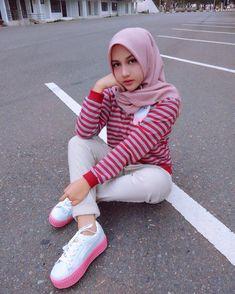 Image may contain: 1 person, stripes, shoes, outdoor and closeup Muslim Fashion, Hijab Fashion, Beautiful Hijab, Beautiful Women, Hijab Tutorial, Hijab Chic, Muslim Girls, Hijab Outfit, Harajuku