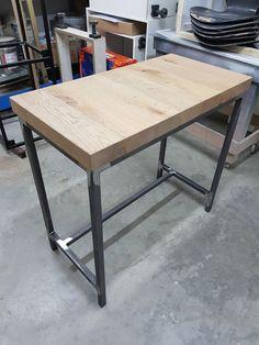 Deze bartafel is gemaakt om tegen bestaande keuken te bevestigen. Bovenblad is opgebouwd uit massief eiken balken en het frame is opgebouwd uit koker 30x30mm blank gelakt. Ook op zoek naar een bartafel of een ander meubel? Bezoek dan snel onze site voor meer info! Site, Om