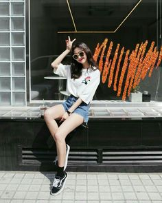 Best Photo Poses, Girl Photo Poses, Girl Poses, Ulzzang Fashion, Korean Fashion, Cute Poses For Pictures, Korean Photo, Portrait Photography Poses, Uzzlang Girl