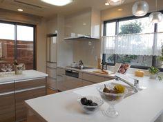 L字型対面キッチンで楽しくお料理 Japanese Kitchen, Cottage Homes, House Design, Interior, Table, Furniture, Home Decor, Kitchens, Arquitetura