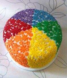 Dit is een mooie en kleurijke taart