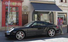 El Porsche 911 me señala el camino |   Hoy os voy a contar una historia acerca del mítico coche Porsche 911, aunque la verdad es que el artículo no tiene nada que ver con deportivos, sino con determinación, estrategia, foco, casualidad o causalidad... Empecemos por el principio. Fue en el momento en que tuve que pensar la po ... ➜ http://anaoliva.com/el-porsche-911-senala-el-camino/