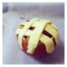 Zo gaat de gevulde appel de oven in