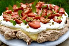Chokladpavlova med lemoncurd och jordgubbar Hannas bageri is part of Coffee dessert - Lemon Desserts, Dessert Recipes, I Love Food, Good Food, Baked Bakery, Norwegian Food, Coffee Dessert, Different Cakes, Pavlova
