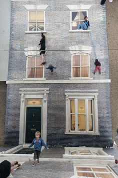 Défiez la gravité en grimpant sur la façade de cette maison grâce à un étonnant effet d'optique, centre des arts du spectacle Barbican de Londres