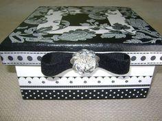 Caixa quadrada em MDF com decoupage em preto e branco e detalhes de fita de veludo e fivela de strass;  também disponível em outros tamanhos, modelos e estampas diferentes. R$ 35,00