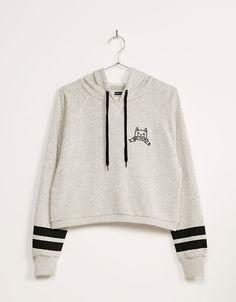 Sudadera felpa cropped texto bordado capucha. Descubre ésta y muchas otras prendas en Bershka con nuevos productos cada semana