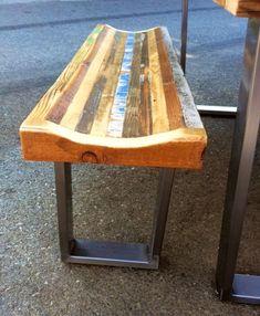 Questo tavolo è costruito con legno di recupero tutti recuperato da fienili ed edifici provenienti da tutta Italia. Con tutti i pezzi recuperati nessuna tabella avrà mai lo stesso aspetto e tutto il legno sarà da luoghi diversi e variano in colore. Ci saranno segni di carattere - tra