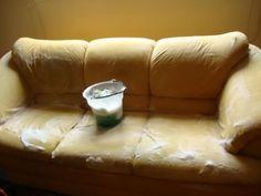 Cada tipo de sofá e revestimento exige a aplicação de um produto de limpeza adequado com o tipo do revestimento. 1. Bicarbonato De Sódio e Limpeza à Seco: Coloque um pouco de bicarbonato de