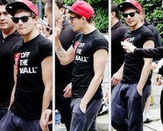 Louis in a SnapBack fangirl alert!