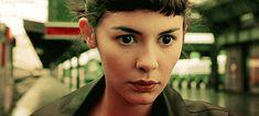 """""""Amélie"""" es una dulce mezcla de colores pastel, de postales parisinas, de extravagante misterio, de realismo mágico y seductora fotografía. Tuvo, y tiene, todo lo necesario para que su llegada a las pantallas se presentara como un éxito. Es un filme que ha servido como referente desde su primer momento de lo que es el …"""