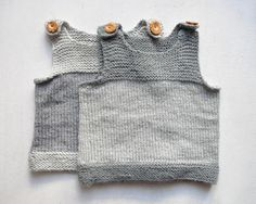 ein body, eine strumpfhose, ein seelenwärmer — fertig ist die babybasisgarderobe. letzterer ist dabei so unbedingt selbstgemacht wie unentbehrlich, wobei ich bislang das pebble-muster favorisiert habe