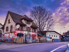 Schnappschuss:  Farbenfrohes Haus und Himmel ;-) Snapshot: Colourful house and sky ;-) Camera: Panasonic Lumix DMC-GX8 Lens: LEICA DG SUMMULUX 15/F17 Settings: f/2.2 |1/100s | 15 mm | ISO 200 _____________________________________________  #kreis5 #zurich  #igerszurich #zhwelt #visitzurich #hellozurich #züri #dasischzüri #visitswitzerland #zürilove #tsüri #blickheimat #zurich_live #inlovewithzurich #citylife  #cityscapes #dailyphotos  #dailyphotography  #fabianhüsser  #snapshot  #lumixgx8… Leica, House Colors, Times Square, Street View, Sky, Mansions, House Styles, Instagram, Travel