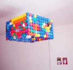 Lustre multicolore avec des bouchons de récup. 21 idées à couper le souffle pour recycler les bouchons en plastique