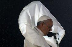 El Papa Francisco habla a cientos de miles de personas que se congregaron en Copacabana, Río de Janeiro para escuchar sus palabras en el marco de la Jornada Mundial de la Juventud. (AFP)